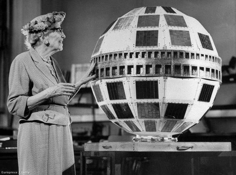 1961. szeptember. Mrs. Louise Bucker, az AT&T egyik részvényese a Telstar 1:1 arányú modelljével ismerkedik a Bell laboratóriumában.