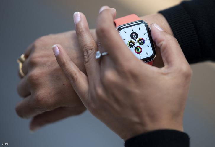 Egy alkalmazott mutatja az Apple Watch órát New Yorkban