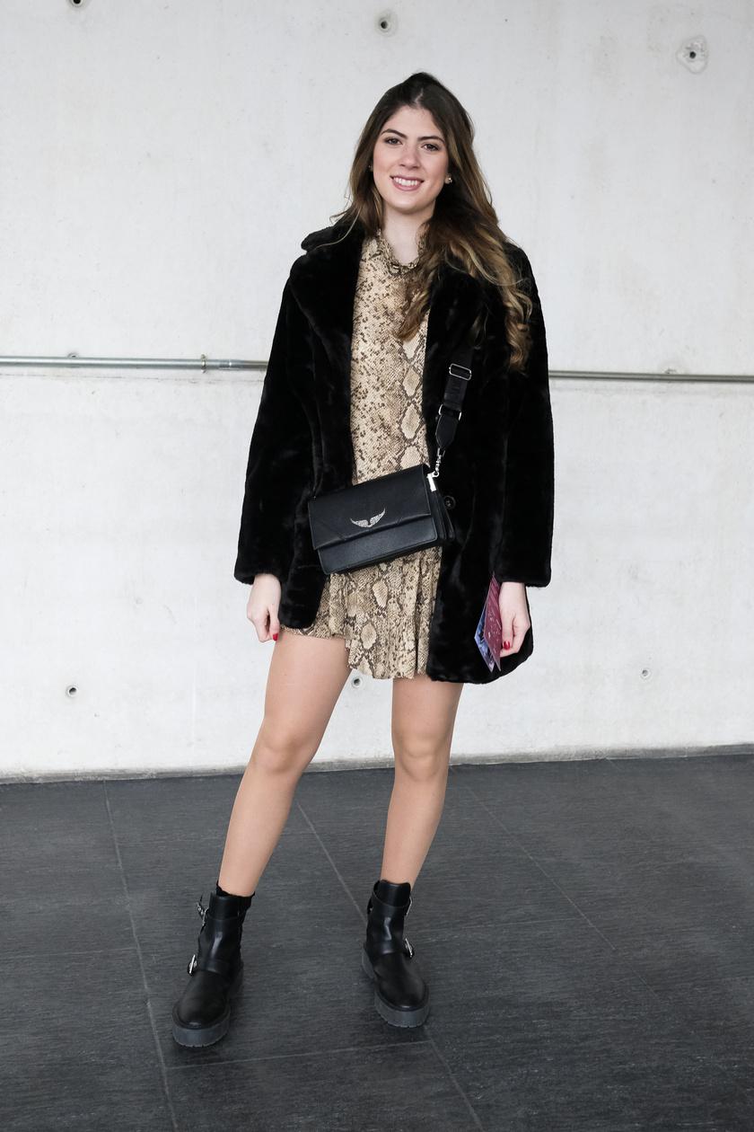 Egy egészruhához is remekül mutat: válassz fekete bakancsot, táskát és kabátot a vagány, modern hatásért.