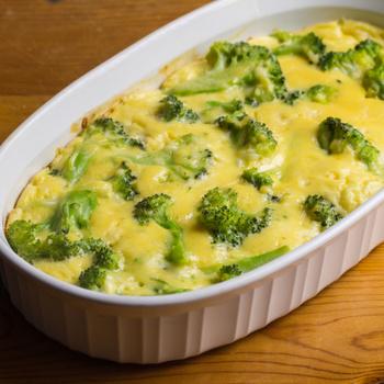 Roppanós brokkoli gazdag sajtmártásban: sütőben sül tökéletesre