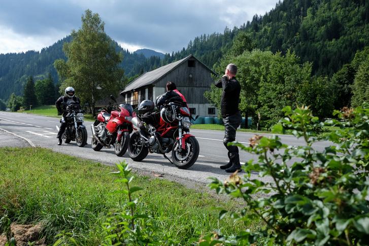 Itt még a felhőtlen motorozás elején tartottunk