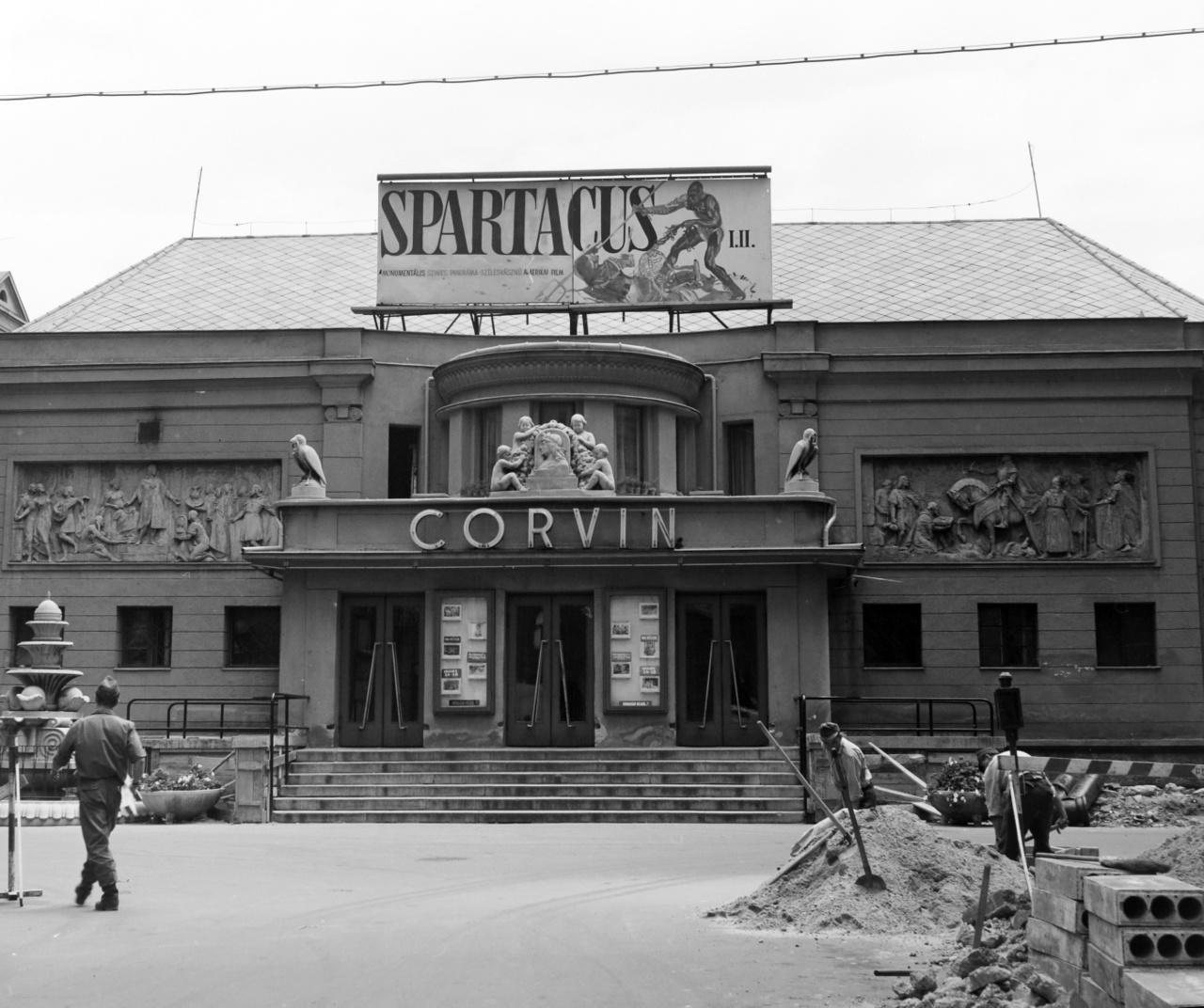 Kirk Douglas legendás filmjét, a Spartacust csak 1970-ben tűzte műsorra a Corvin mozi. Az épület még jóval kisebb volt, mint mai valójában, a kilencvenes években történt felújítása után. A tizenöt évvel korábbi fegyveres harc nyomai nem látszanak a fényképen, de tudjuk, hogy az egykori sarokház helyére már új épület került. A munkálatok csatornázásra utalnak, de a mozi töretlenül működik, és tetején a két részes színes – panoráma – szélesvásznú amerikai filmet, a Spartacust (R. Stanley Kubrick, 1960) hirdetik óriási betűkkel és egy rajzolt gladiátorjelenettel.