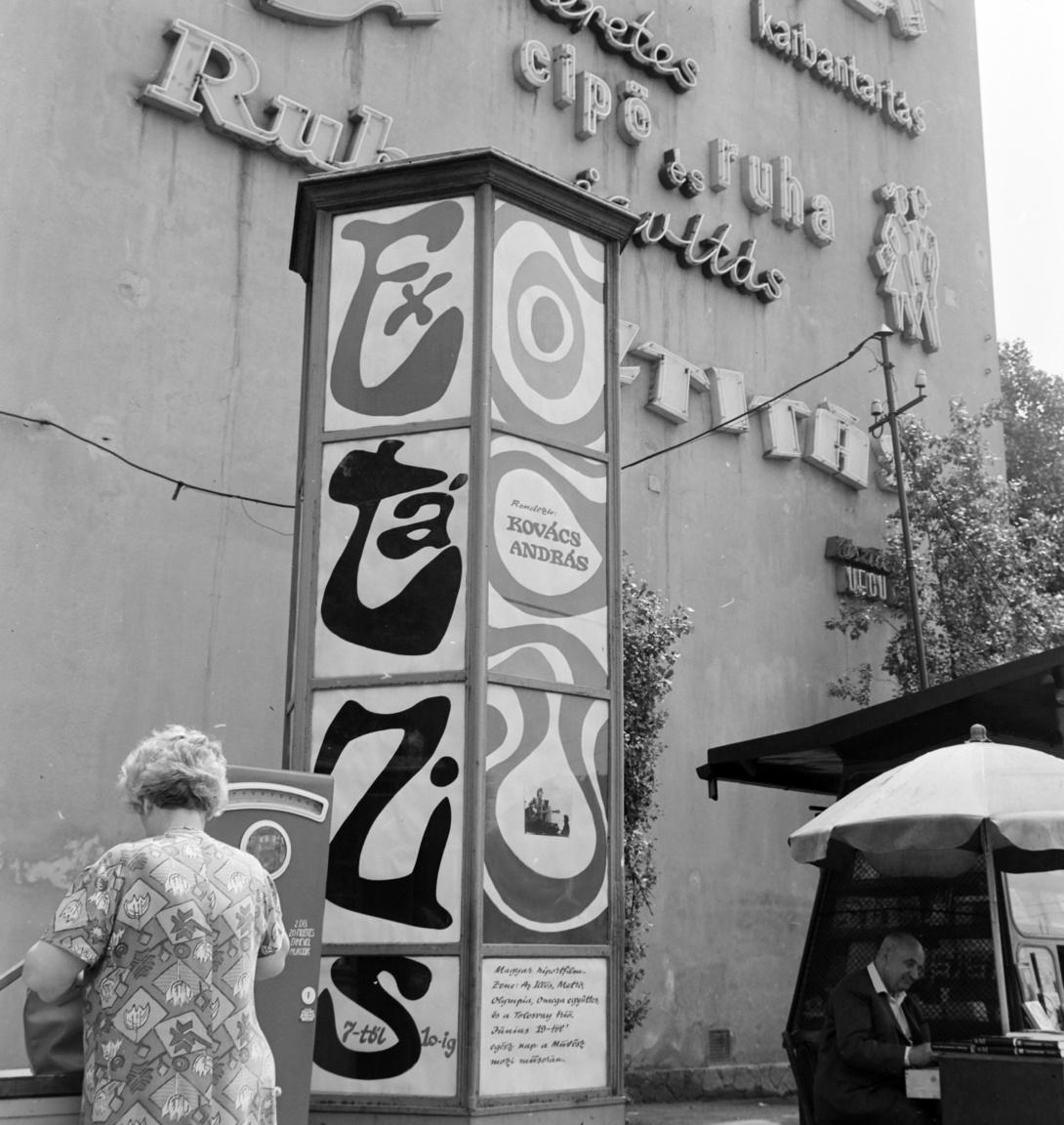 Kovács András Extázis 7-től 10-ig című dokumentumfilmje (1969) a korabeli ifjúság vágyairól és szórakozási lehetőségeiről szólt. A Kálvin téri hirdetőoszlopon a dülöngélő, különböző formájú és méretű betűk utalnak a delíriumos állapotra, ebből a kameraállásból csak egyetlen standfotót látszik. Az oszlop mögött a tűzfalon szolgáltató vállalatok neon hirdetései láthatók. A bal oldalon háttal álló nő talán épp pénzérmét keres az utcai mérleg használatához, a jobb alsó sarokban a hírlapárus pavilon mellett valaki könyvet dedikál a napernyő alatt.