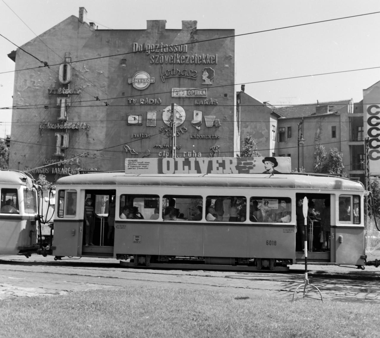 A villamos tetejére erősített tartókat is előszeretettel használták mozihirdetésekre. A kiskörúton közlekedő villamos felett jól látni, milyen sűrűn helyeztek el fényreklámokat a nagy felületű tűzfalon.