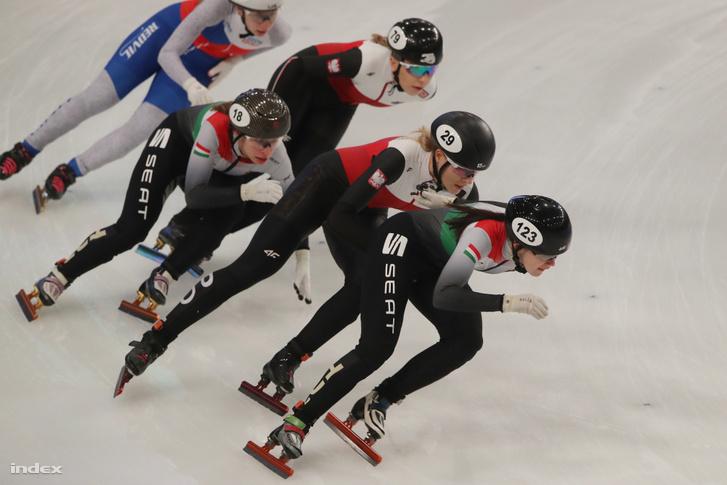Női gyorskorcsolyázók a 3000 méteres váltó versenyszámában a debreceni Főnix Csarnokban 2020. január 24-én. Jászapáti Petra (18) és Lockett Deanna (123)