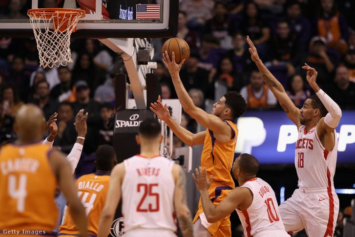 Devin Booker, a Phoenix Suns játékosa dob a houston Rockets elleni mérkőzésen Arizonában 2020. február 7-én