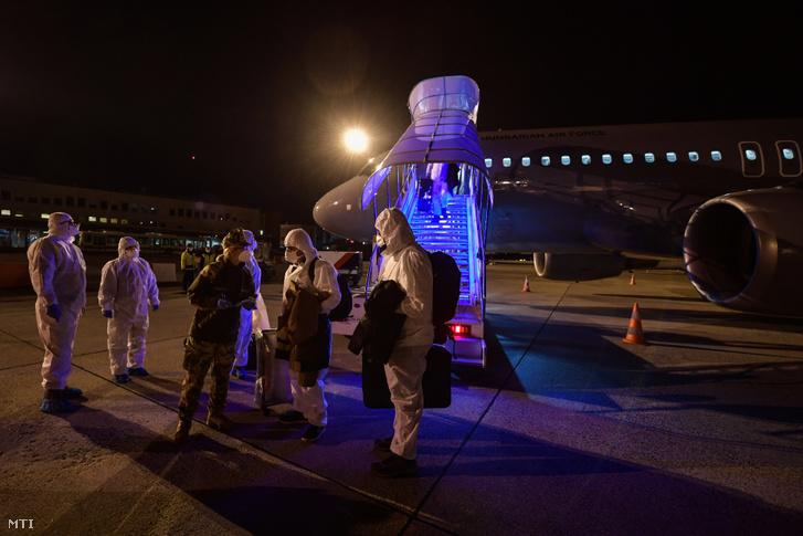A koronavírus-járvány sújtotta kínai Vuhanból hazatérő magyarok Budapestre érkezése a Magyar Honvédség repülőgépével 2020. február 2-án.