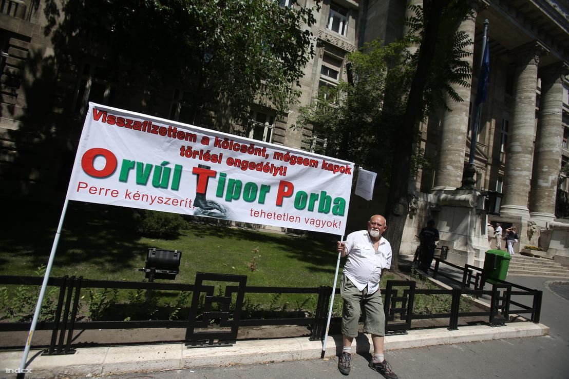 Rendszeressé váltak a bankok elleni tiltakozó demonstrációk
