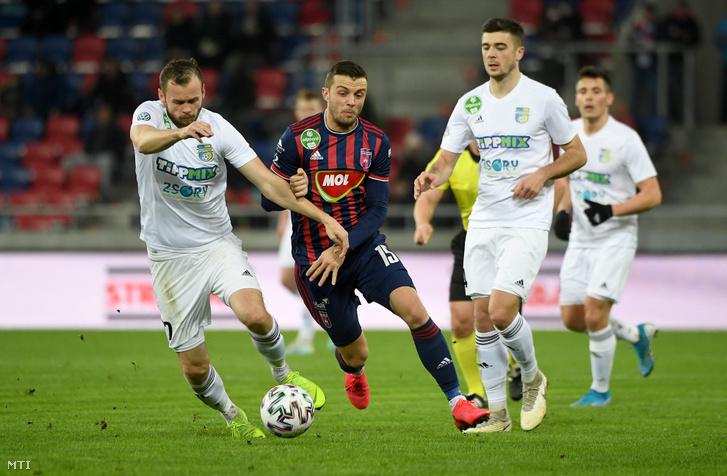 A fehérvári Armin Hodzic (k) és a mezőkövesdi Pillár Róbert az OTP Bank Liga 20. fordulójában játszott MOL Fehérvár FC - Mezőkövesd Zsóry FC labdarúgó-mérkőzésen a székesfehérvári MOL Aréna Sóstó stadionban 2020. február 8-án.