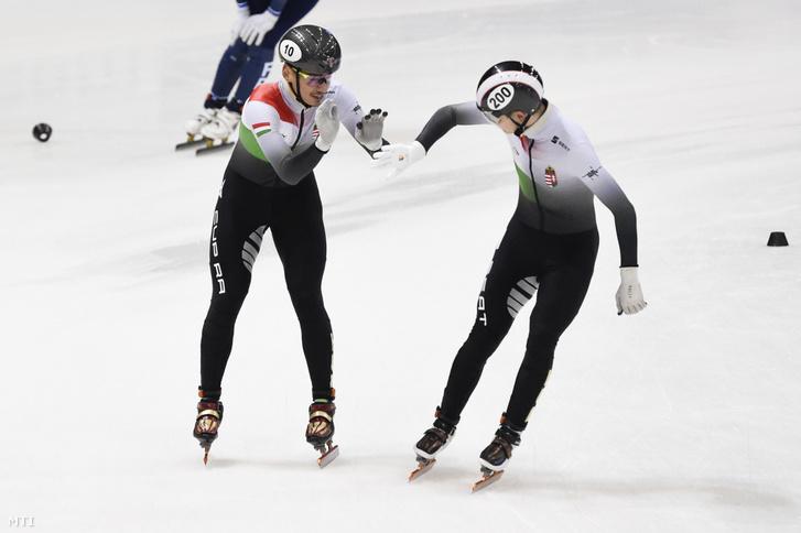 Liu Shaolin Sándor (b) és Krueger John-Henry, magyar csapat tagjai, miután győztek a rövidpályás gyorskorcsolya világkupa drezdai állomásának 2000 méteres vegyes váltójában 2020. február 8-án. A második helyen az orosz, a harmadikon a francia csapat végzett.