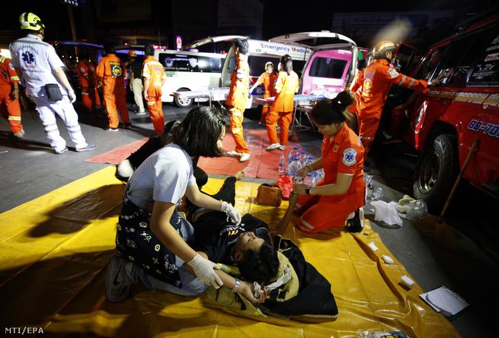 Sebesültet ápolnak a Thaiföld északkeleti részén fekvõ Nahon Racsaszimában, miután egy ámokfutó thaiföldi katona 20 embert agyonlõtt többeket megsebesített majd elbarikádozta magát egy bevásárlóközpontban.