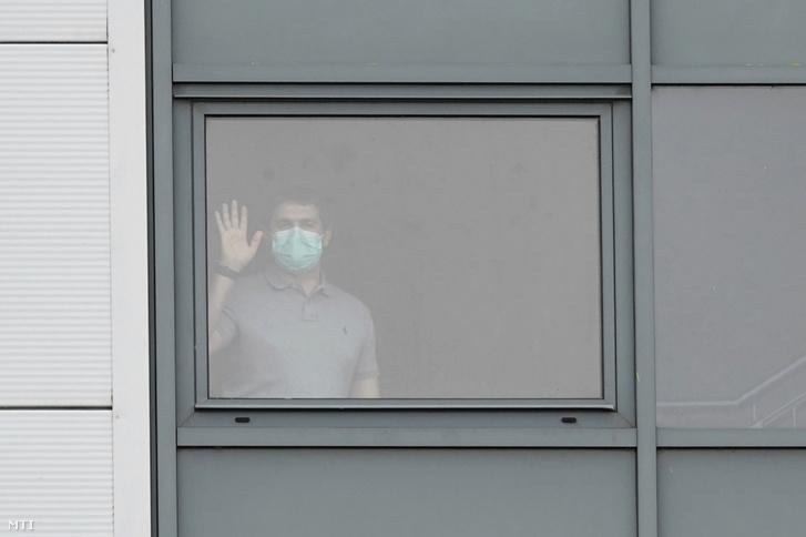 Védőmaszkot viselő férfi áll egy liverpooli kórház karanténként működő részlegében 2020. február 5-én. Itt tartják megfigyelés alatt azokat a brit állampolgárokat akik az új koronavírus-járvány miatt utaztak haza Kínából.
