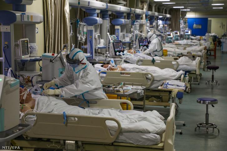 A koronavírussal fertőzöttek elkülönítőjének betegeit ápolják a Hupej tartománybeli Vuhan egyik kórházában 2020. február 6-án.