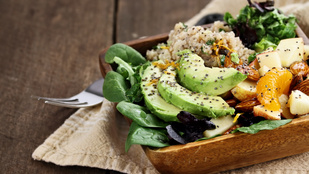 Vérnarancs-avokádó saláta kecskesajttal és fenyőmaggal – ezt próbáld ki, ha szereted a különlegességeket!