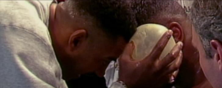 A Tyson arcára nyomott, jéggel töltött gumikesztyű