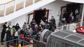 Elhagyhatták az utasok a Hongkongnál vesztegelő hajót