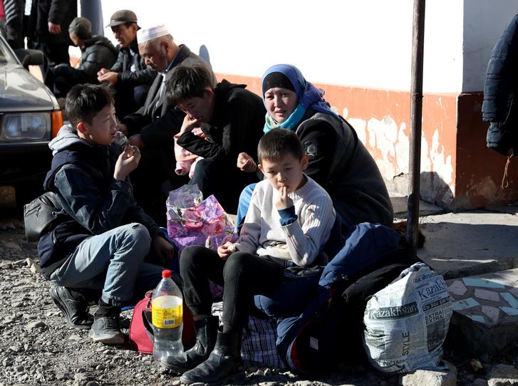 Otthonukból elmenekülő emberek a kirgiz határ közelében Szortobében 2020. február 8-án