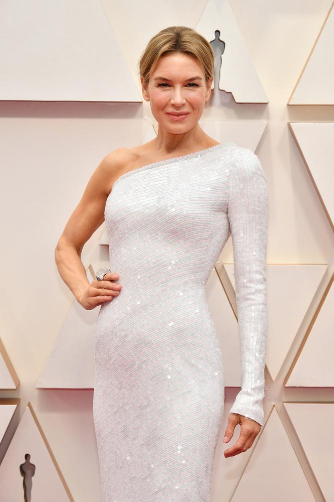 Renée Zellweger egy aszimmetrikus fehér ruhában érkezett, amire igaz a közhely: egyszerű, de nagyszerű