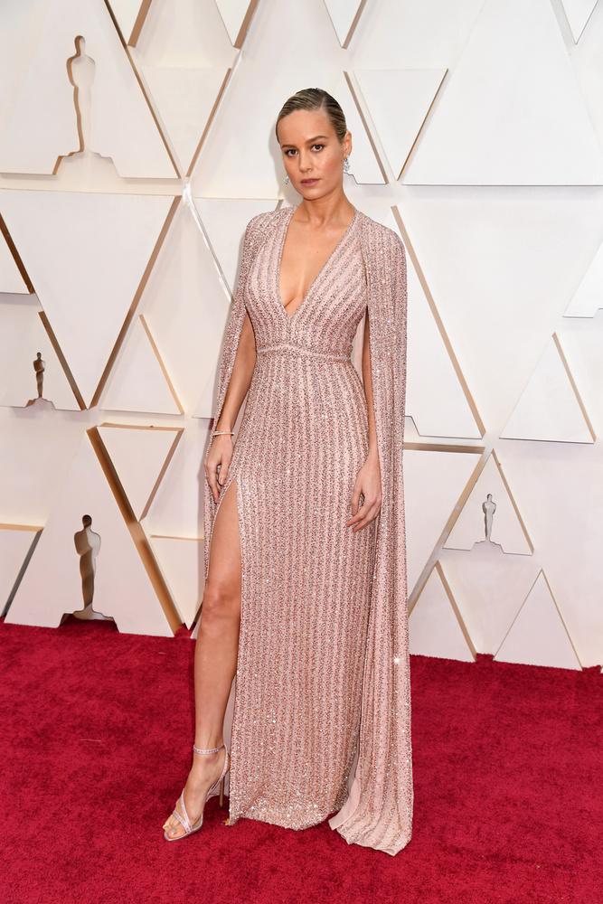 Brie Larson egy merészen felsliccelt, natúr színű estélyiben érkezett, ami tökéletesen állt neki