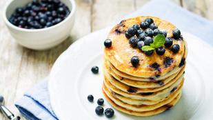 Jöhet néhány joghurtos-áfonyás palacsinta reggelire?