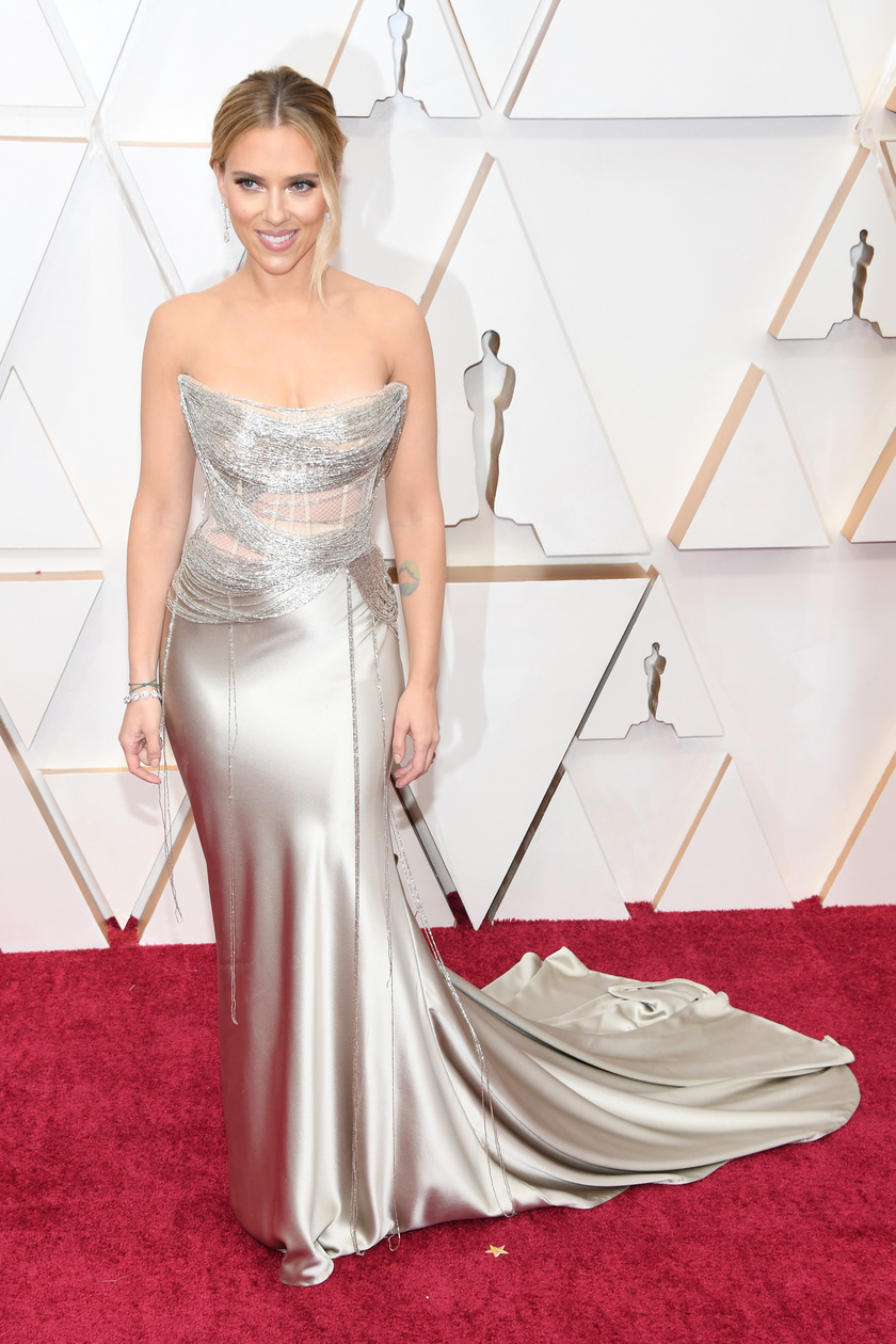 Scarlett Johansson egy ezüst Oscar de la Renta estélyit viselt.
