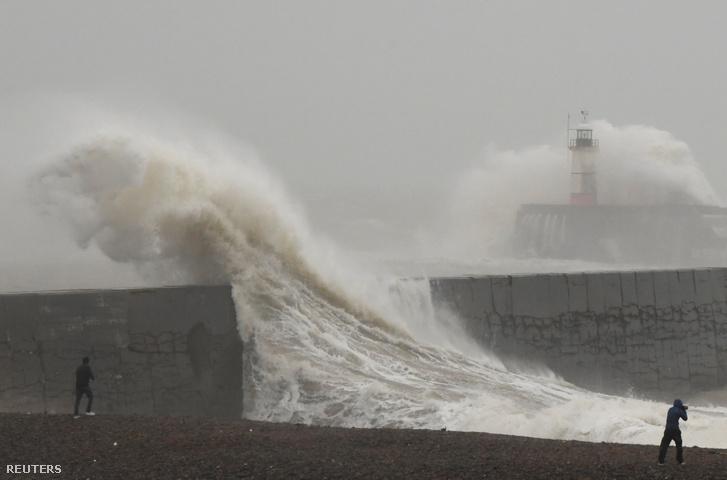 A Ciara vihar által korbácsolt hullámok Newhavennél 2020. február 9-én