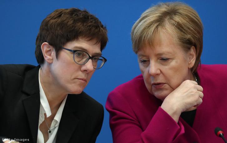 Annegret Kramp-Karrenbauer (balra) és Angela Merkel a CDU 2018-as találkozóján Hessében