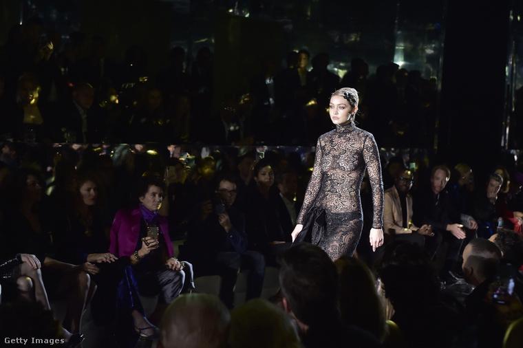 Gigi Hadid Tom Ford legújabb kollekciójának bemutatóján, Los Angelesben