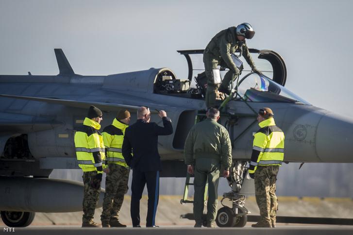 A megújult kecskeméti légi bázisra Pápáról visszaérkező Gripen vadászrepülőgép 2019. december 17-én