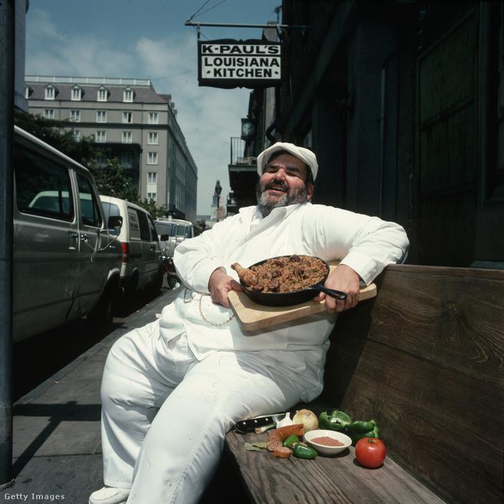 A jambalayájáról híres New Orleans-i K-Paul's étterem séfje az étellel és annak hozzávalóival 1990-ben
