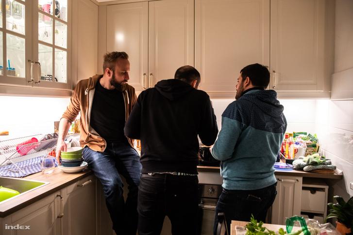 Az kivitelezésről szóló folyamatos okoskodás igazi közösségi élménnyé varázsolja a főzést. Mi is elkészítettük a saját verziónkat, aminek folyamatát a fenti képen, végeredményét pedig a borítóképen lehet megcsodálni