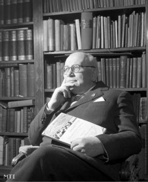 Dr. Mező Ferenc olimpiai bajnok sporttörténetíró irodalomtörténész a könyvtára előtt. 1959. november 17.