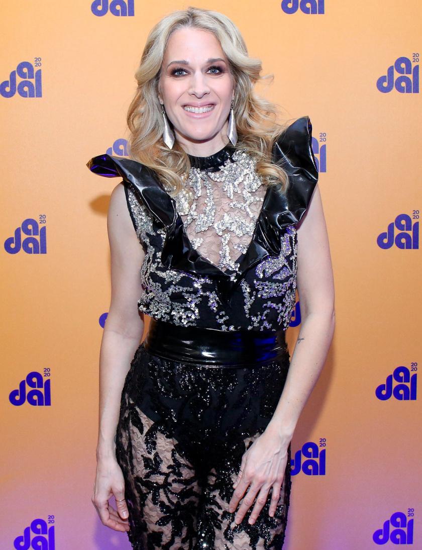 Wolf Kati egy merész csipkeoverallban állt A Dal 2020 színpadára, amit Demeter Richárd készített.