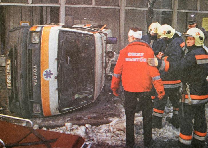 Egy állapotos asszonyt szállító mentőkocsi és kisteherautó ütközött össze Budapest XIII. kerületében, a Dráva és a Pannónia utca sarkán.Forrás: Népszava 2000. január 13. szám / Arcanum adatbázis Arcanum Digitális Tudománytár