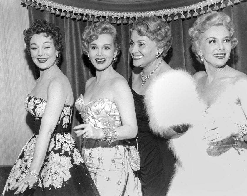 Balról jobbra Gábor Magda, Zsazsa, édesanyjuk, Gábor Jolie és Gábor Éva a Las Vegas-i Last Frontier luxusszállodában 1953 december 28-án.