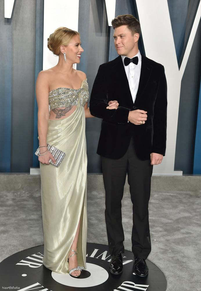 Scarlett Johansson és Colin Jost nagyon adtak a formalitásokra, a színésznő roppant elegánsan karol bele vőlegényébe, akiről többet a Kockahas blog vonatkozó posztjából tudhat meg.