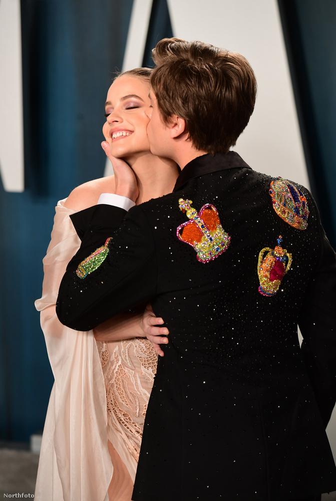 Nagyjából ugyanezt a pózt szállította Palvin Barbara és szerelme, Dylan Sprouse is
