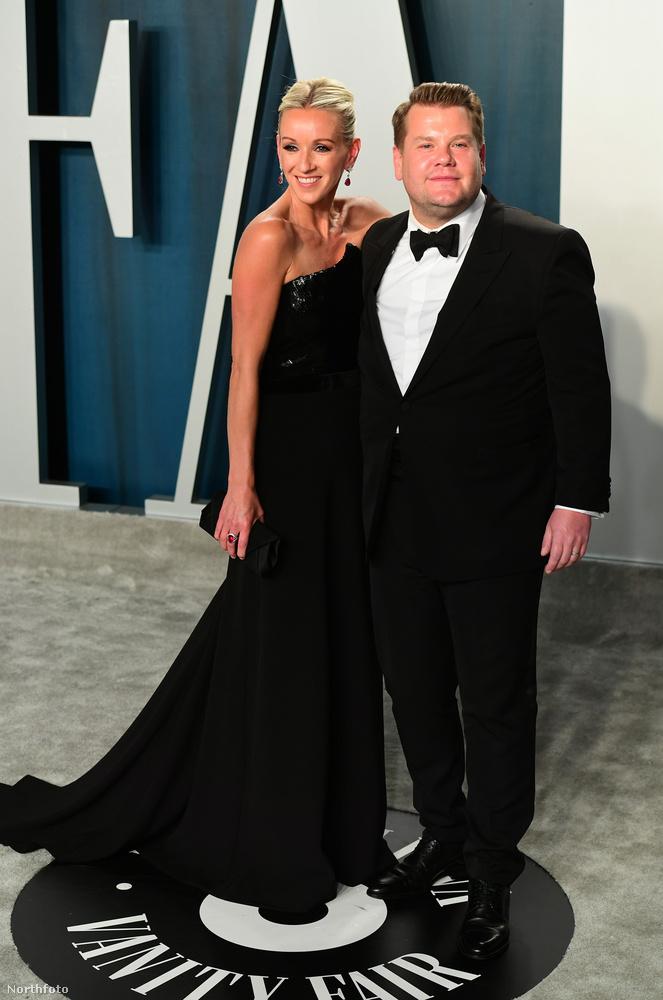 James Corden és felesége, Julia Carey ugyan összesimulnak, de ezen a képen pont ketten kétfelé tekintenek.