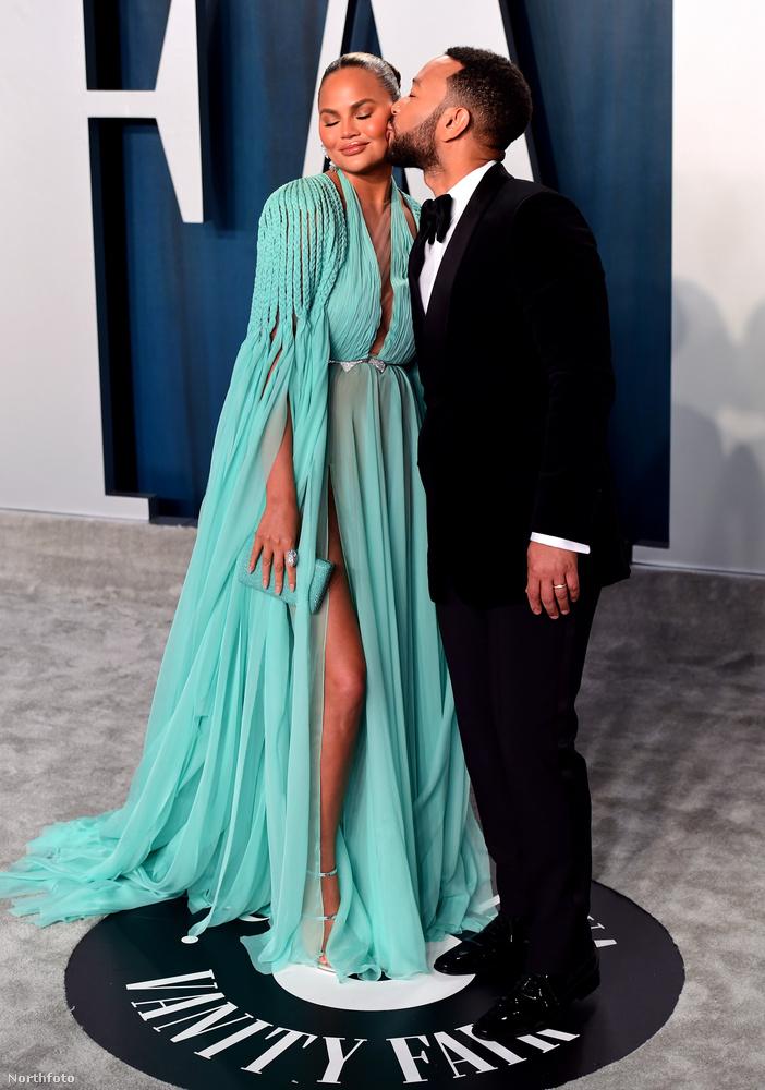 Ezt a cuppanósat például éppen John Legend nyomja felesége, Chrissy Teigen orcájára.