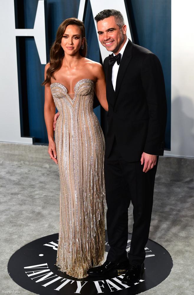 Jessica Alba színésznő-üzletember és kedvese, Cash Warren úgy mosolyognak, mint a pék kutyája a meleg zsömlére.