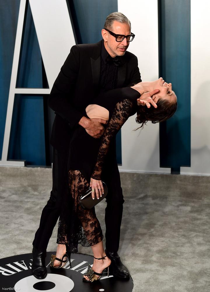Jeff Goldblum és 30 évvel fiatalabb felesége, Emilie Livingstone egy ilyen pózt is bedobott.