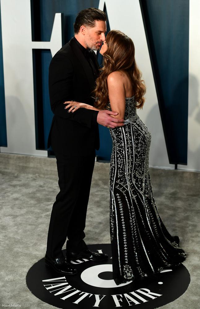 Joe Manganiello és Sofia Vergara szintén, csak náluk még éppen a csók előtt egy pillanatban kattintott a fotós.