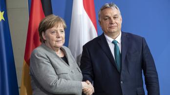 Orbánisztános molinóval fogadták Orbánt Berlinben