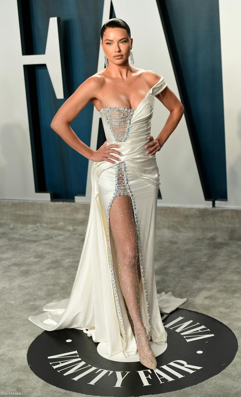 Adriana Lima modellen mintha a kelleténél egy számmal kisebb lenne a ruha: a mellei majdnem kiesnek, a rendezői bal oldalán már-már reped, és hát láthatóan ő sem túl boldog.