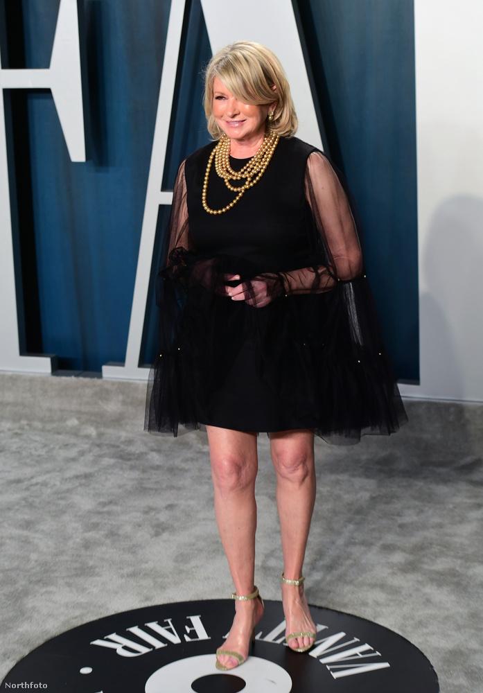 Martha Stewart üzletasszony-modell-tévés nem volt bántóan ízléstelen, csak a ruhája szoknyarészének hossza és a tüllpalást szabása miatt olyan, mintha a teste középső részét kifotosoppolták volna