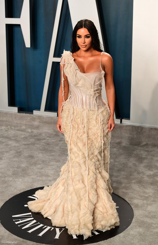 Essünk túl Kim Kardashianen, aki a díszes alkalomra feldolgozatlan, de konyhakész pacalnak öltözött, leszámítva persze a kis lelógó izéket a ruhája felsőrészén.Ő is, mint iménti alanyunk, a Vanity Fair Oscar-afterpartiján járt, amikor ide fotózták nekünk.