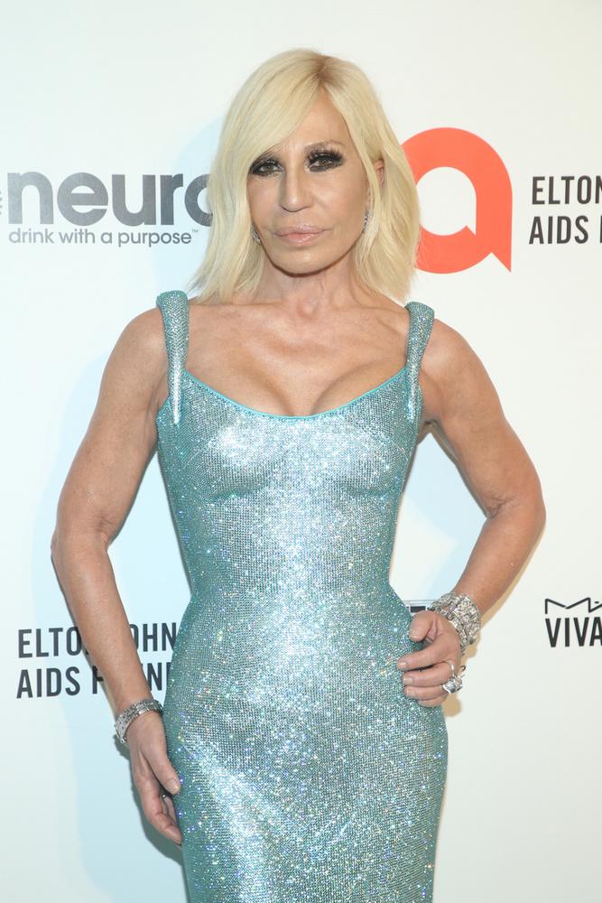 Végül, de nem utolsó sorban fontos említést tenni Donatella Versace-ról is, aki nem meglepő módon testhezálló, merészen dekoltált ruhában érkezett.