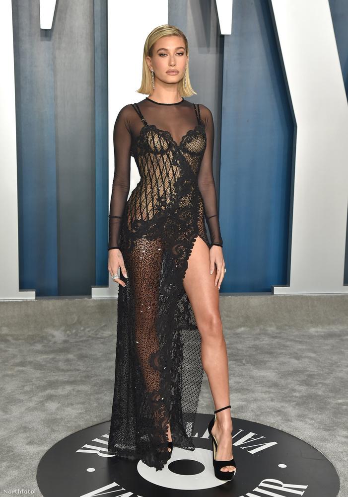 Hailey Baldwin modell, vagyis Justin Bieberné pedig ugyancsak áttetszőben, de feketében