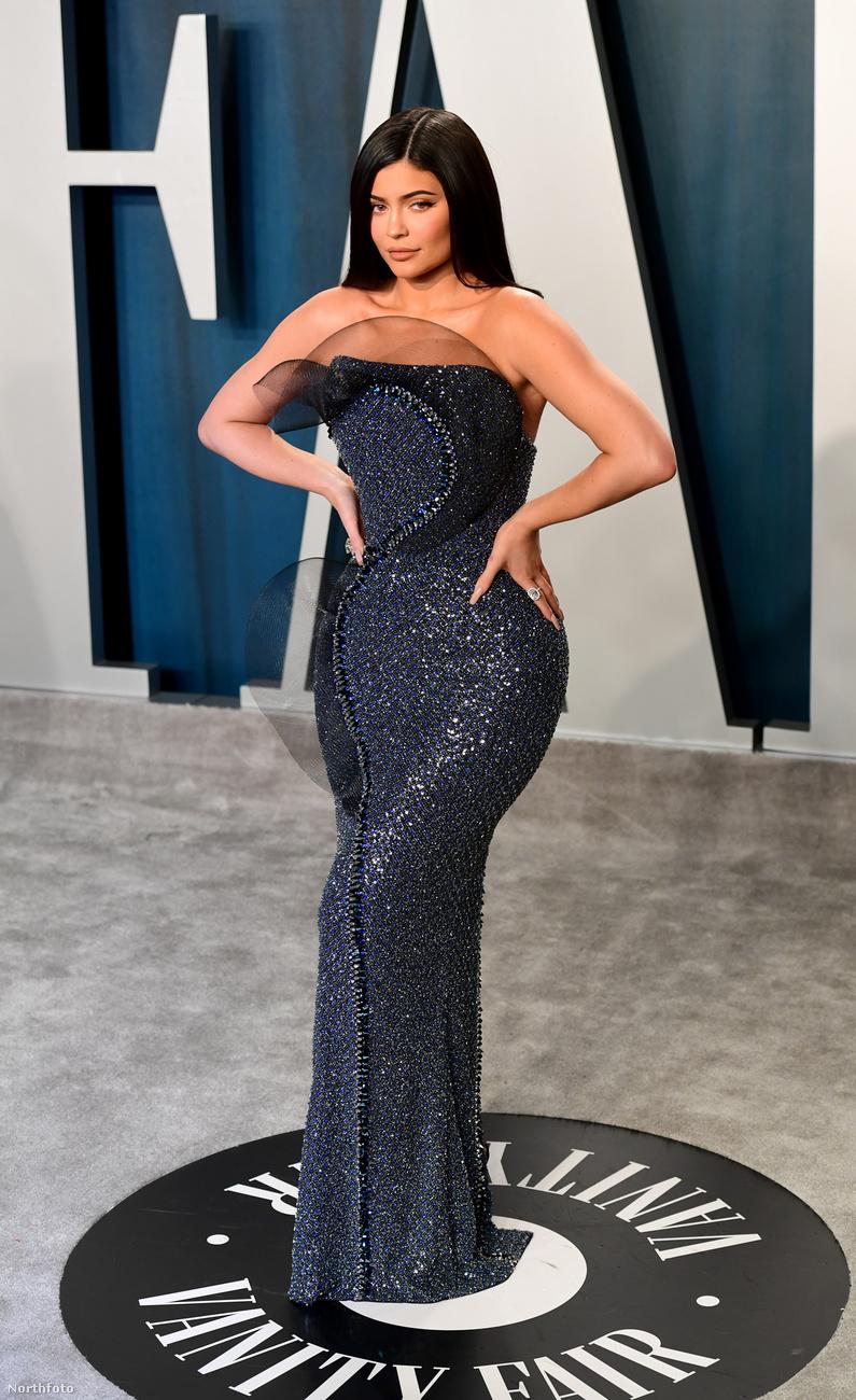 Kylie Jenner, már emlegetett celebvállalkozó, szinte egész este ebben a pózban fotózkodott - ez a hátránya annak, ha valakinek élőben is az instagramos pózait kell hoznia a hitelesség végett.