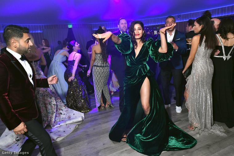 Freida Pinto részt vesz a Vanity Fair partiján - visszafogottkodik ennek a képnek a hivatalos leírása